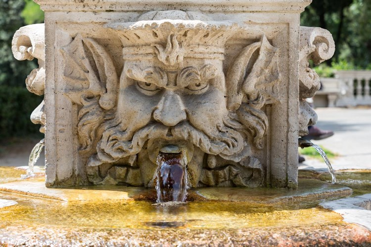 Fontana dei Mascheroni e Tritoni a Villa Borghese