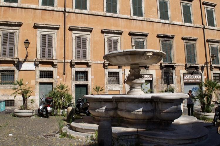 Fontana di piazza delle Cinque Scole