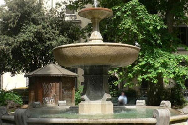 Fontana in Piazza Cairoli